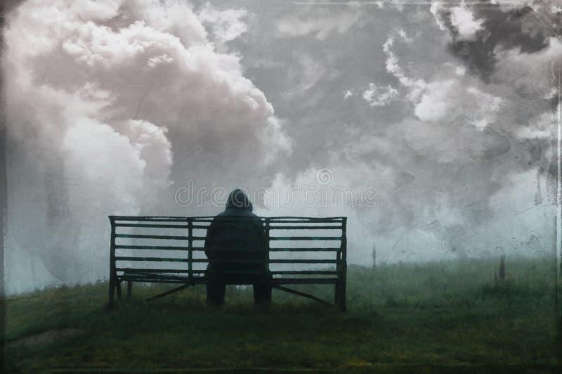 Un homme à capuchon solitaire s'asseyant sur un banc sous la pluie de Th, avec un triste, assourdi, isolée éditent photos libres de droits