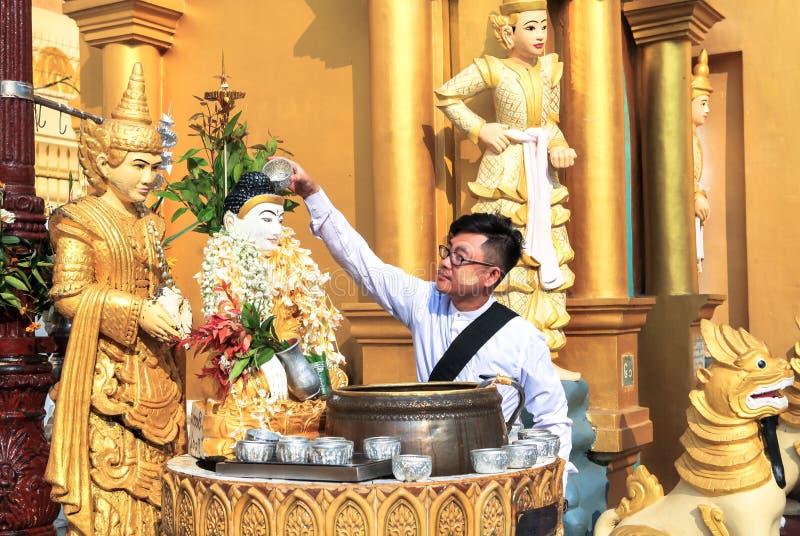 Un homme à la pagoda de shwedagon dans Yangoon photographie stock