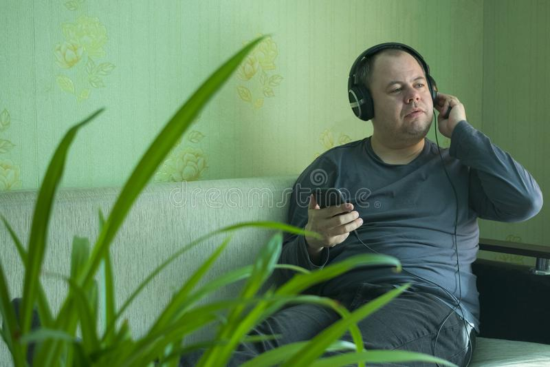 Un homme écoute la musique au téléphone photos libres de droits
