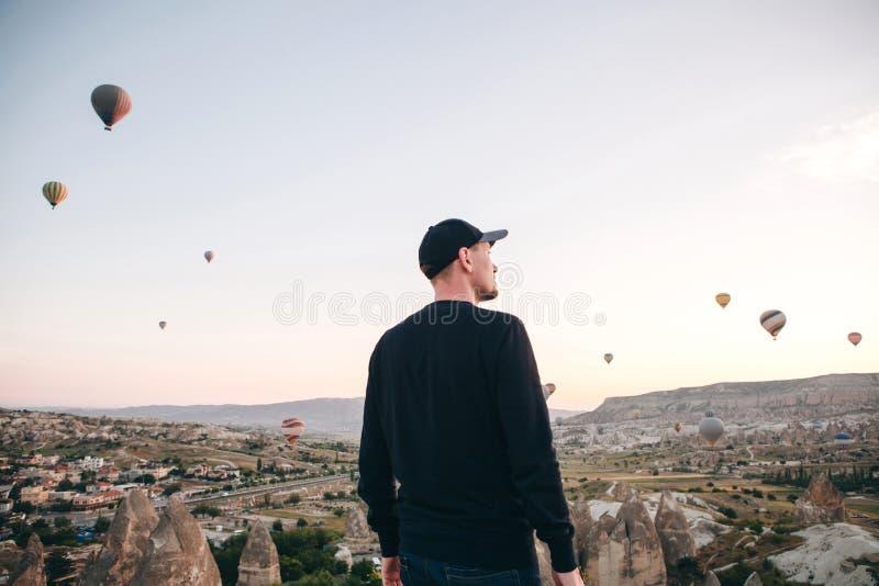 Un homme admire une belle vue des ballons volants image libre de droits