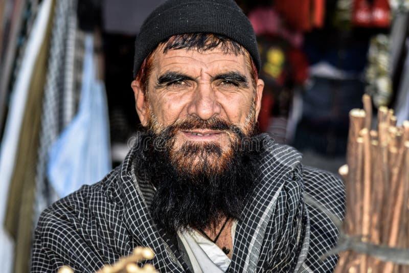 Un homme afghan vendant des miswaks à Gardez, Afghanistan photographie stock