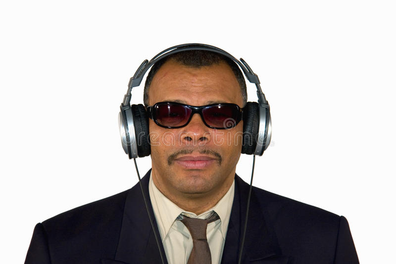 Un homme afro-américain avec des écouteurs image libre de droits