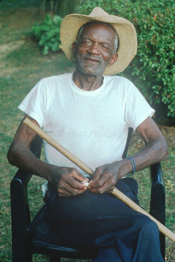 Un homme afro-américain de personne de 86 ans s'asseyant dans une chaise, Rockville, DM image stock