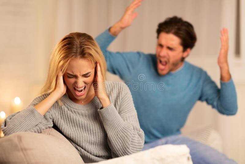 Une femme au foyer hurle sur son canapé