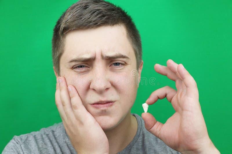 Un homme après élimination d'une dent de sagesse L'opération pour enlever les huitième dents photos libres de droits