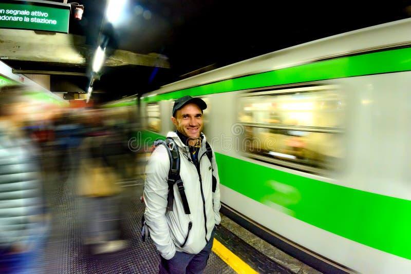 Un homme attend l'arrivée d'un train à une station de métro à Milan photo stock