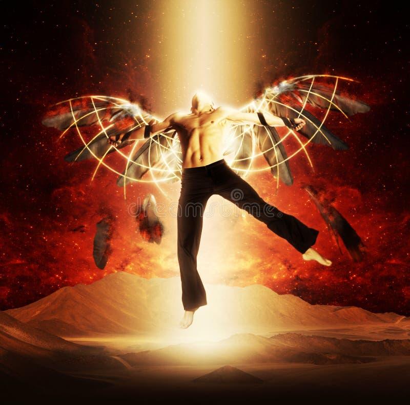 Un homme avec des ailes sur un fond de ciel foncé images libres de droits