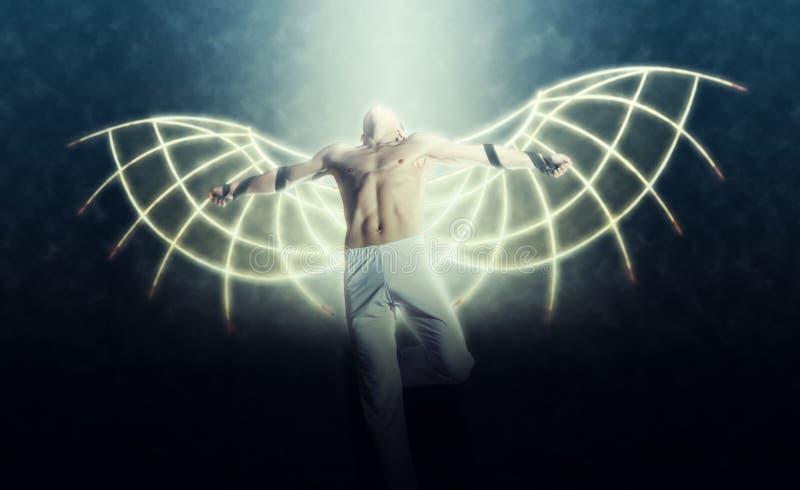 Un homme avec des ailes sur un fond de ciel foncé photo libre de droits