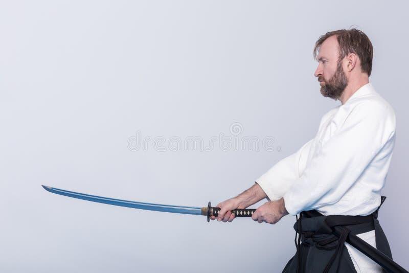 Un homme avec la pratique en matière Iaido de katana image stock
