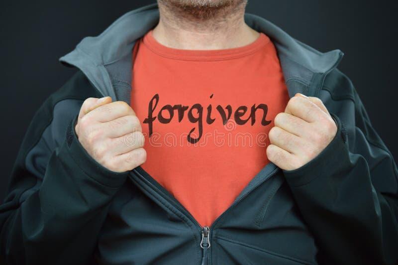 Un homme avec le mot indulgent sur son T-shirt image stock