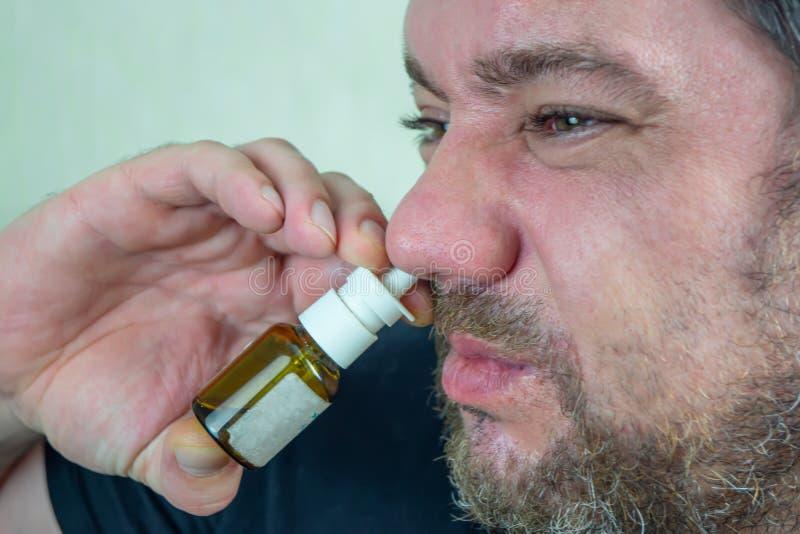 Un homme avec un nez froid guérit images stock