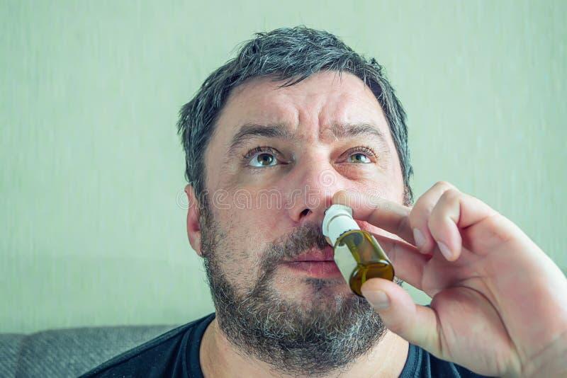 Un homme avec un nez froid gu?rit photographie stock libre de droits
