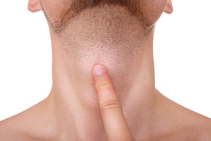 Un homme avec un poil tient un doigt sur la gorge Plan rapproché D'isolement sur le blanc photos libres de droits