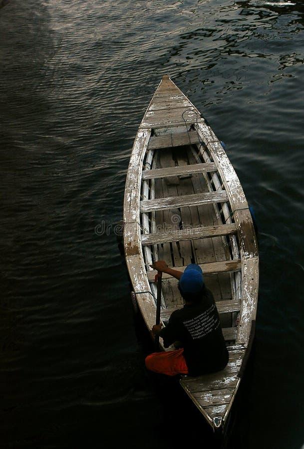 Un homme avec son canoë va en avant à l'étayer images libres de droits