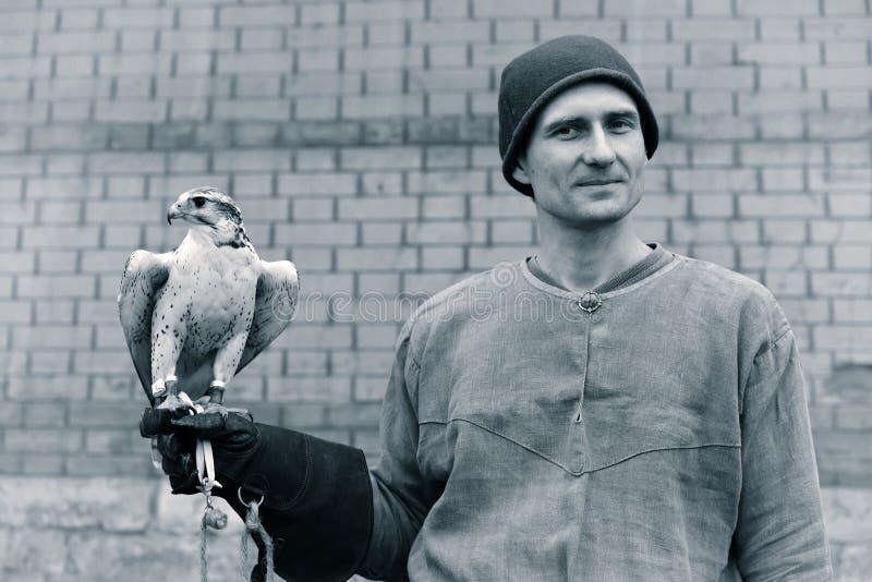 Un homme avec un faucon image stock