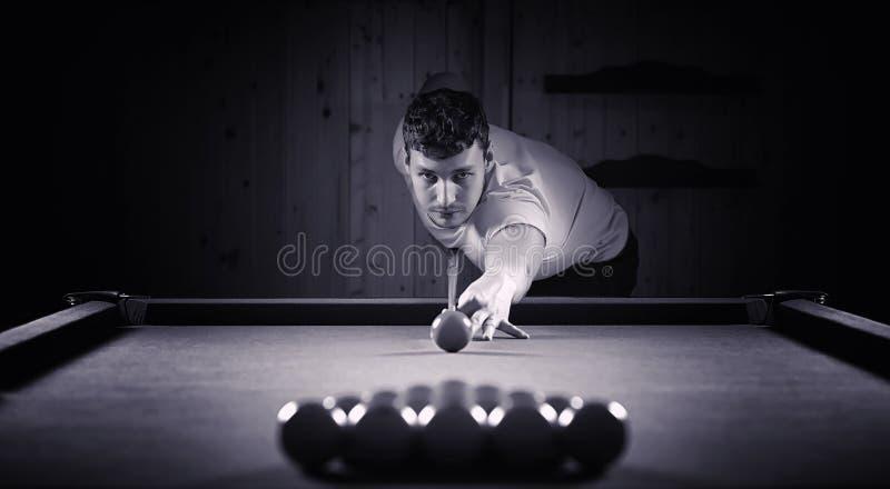 Un homme avec une barbe joue un grand billard Partie dans une piscine de 12 pieds images stock