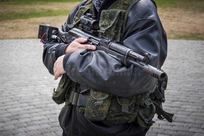 Un homme avec une mitrailleuse images stock