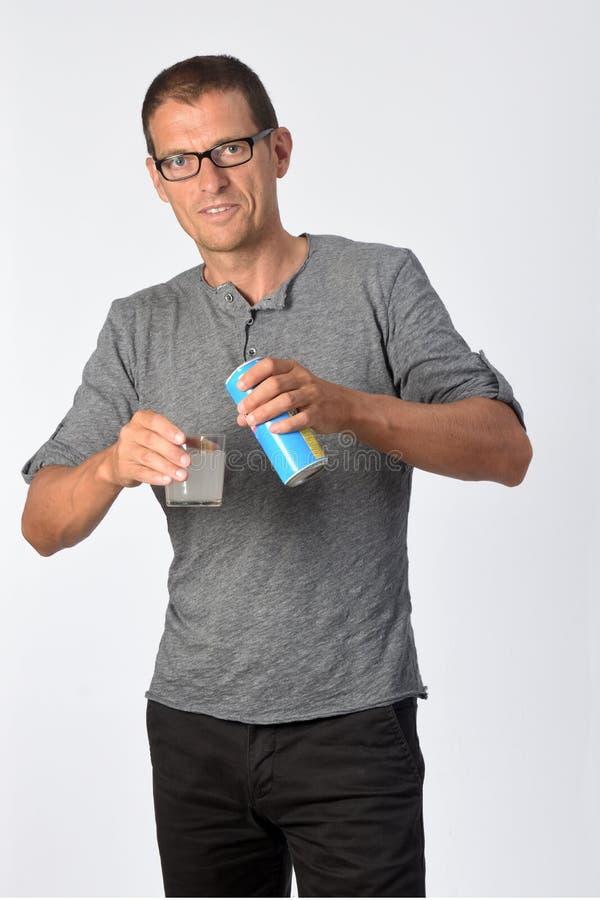 Un homme avec un verre de soda au citron sur fond blanc image stock
