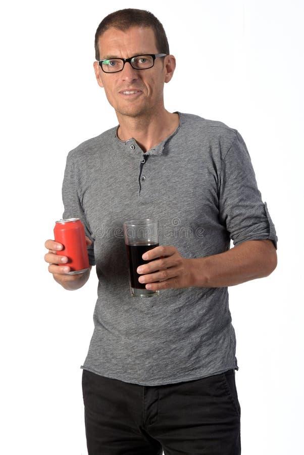 Un homme avec un verre de soda de coca sur fond blanc photo libre de droits