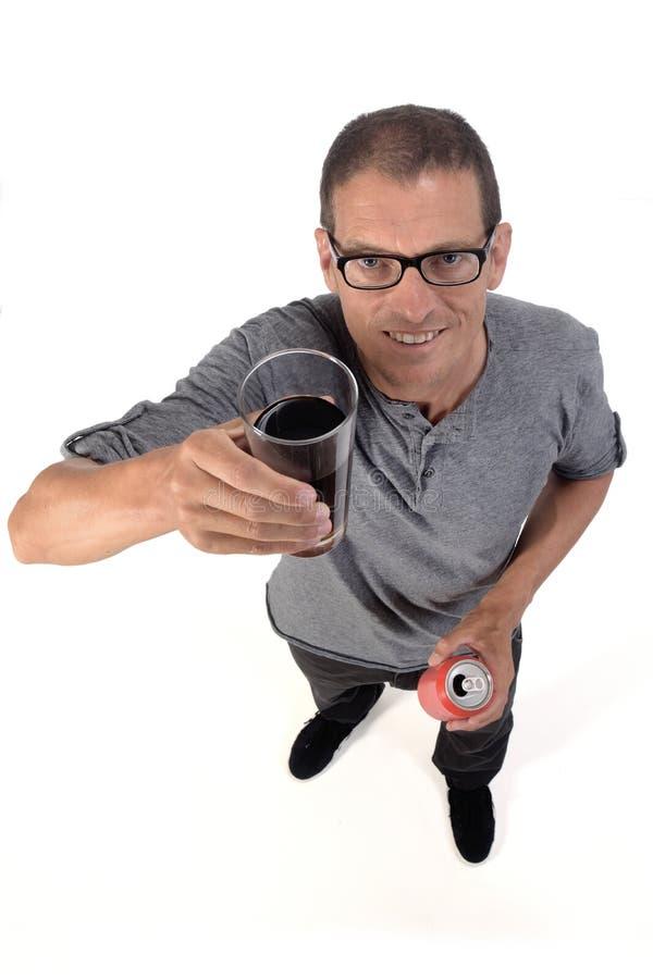 Un homme avec un verre de soda de cola sur fond blanc photos libres de droits