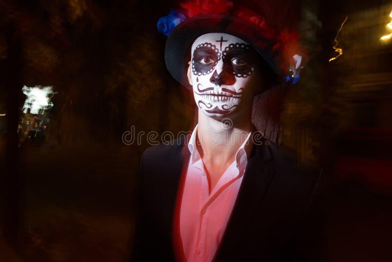 Un homme avec un visage peint d'un squelette, un zombi mort, dans la ville au cours de la journée jour de toutes les âmes, jour d photos stock