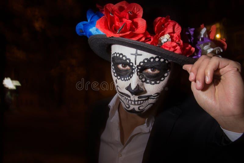 Un homme avec un visage peint d'un squelette, un zombi mort, dans la ville au cours de la journée jour de toutes les âmes, jour d photo libre de droits