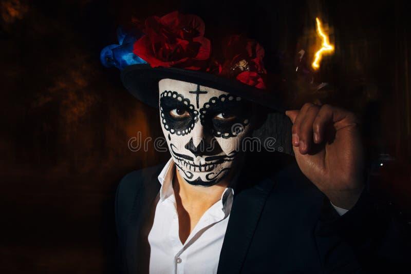 Un homme avec un visage peint d'un squelette, un zombi mort, dans la ville au cours de la journée jour de toutes les âmes, jour d photo stock