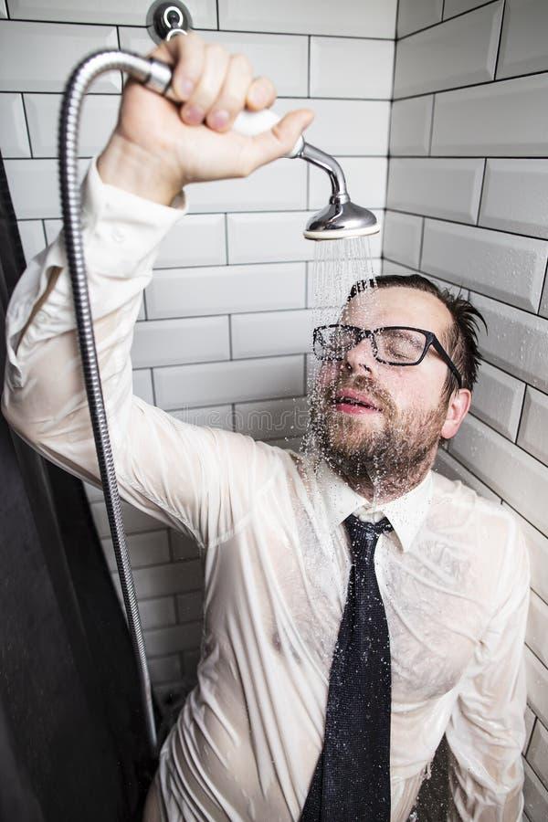 Un homme barbu fatigué avec des verres, une chemise et un lien, a clôturé le sien photos libres de droits