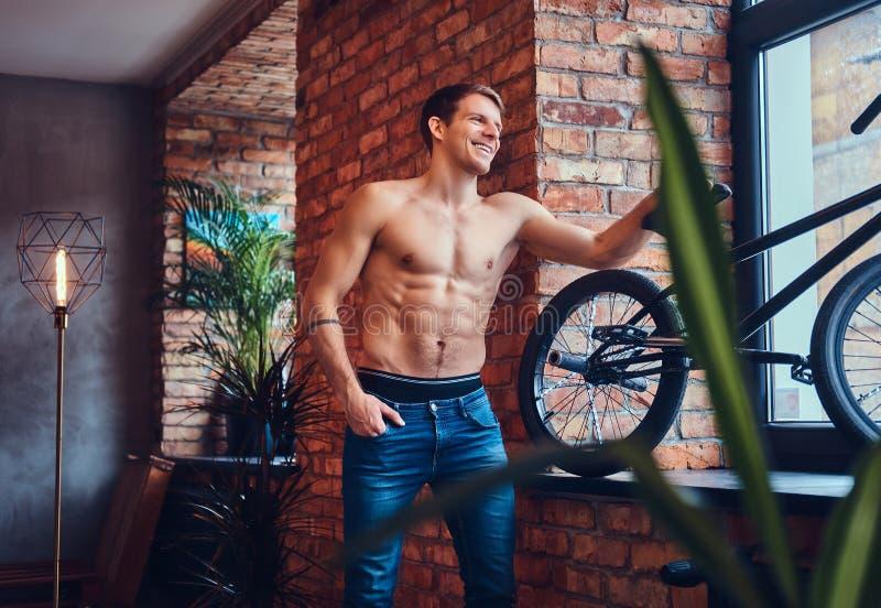 Un homme bel avec BMX dans un studio photographie stock