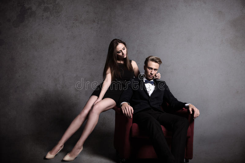 Un homme bel et une belle femme dans l'obscurité photos stock