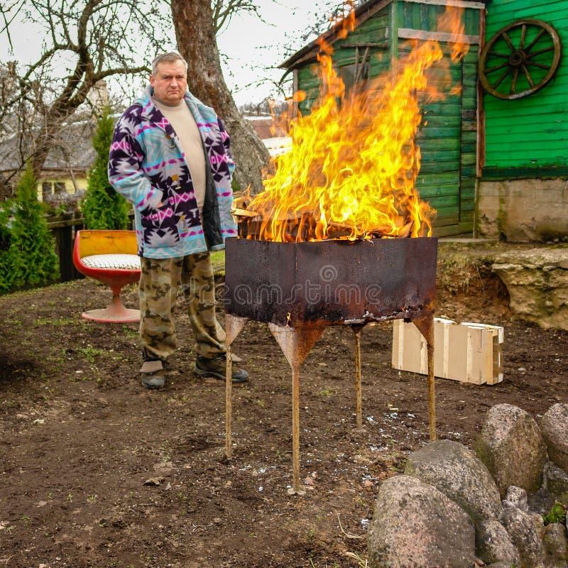 Un homme brûle des déchets images libres de droits