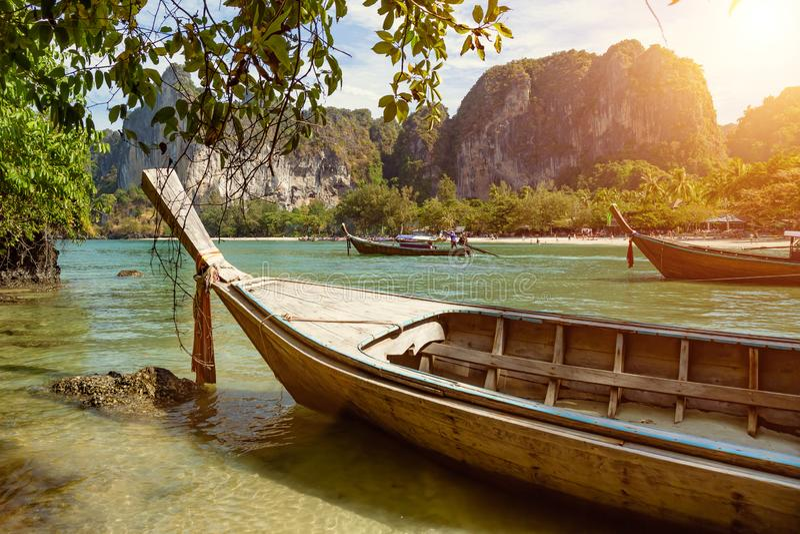 Un homme conduit un bateau de longue queue, un taxi de mer porte des touristes au jour ensoleillé près de la plage tropicale photos stock