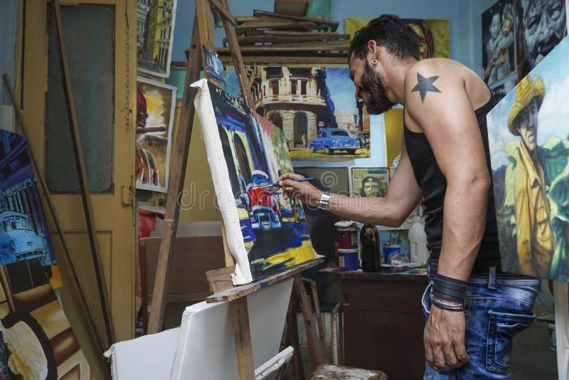 Un homme cubain faisant des peintures pour vendre sous le nom de souvenir photos libres de droits