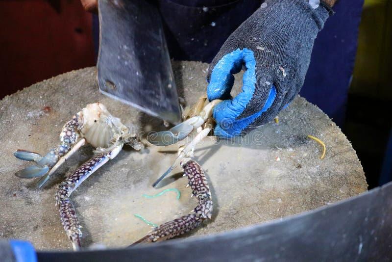 Un homme démantèle un crabe au marché de nuit - Kota Kinabalu Borneo Malaysia Asia photographie stock libre de droits