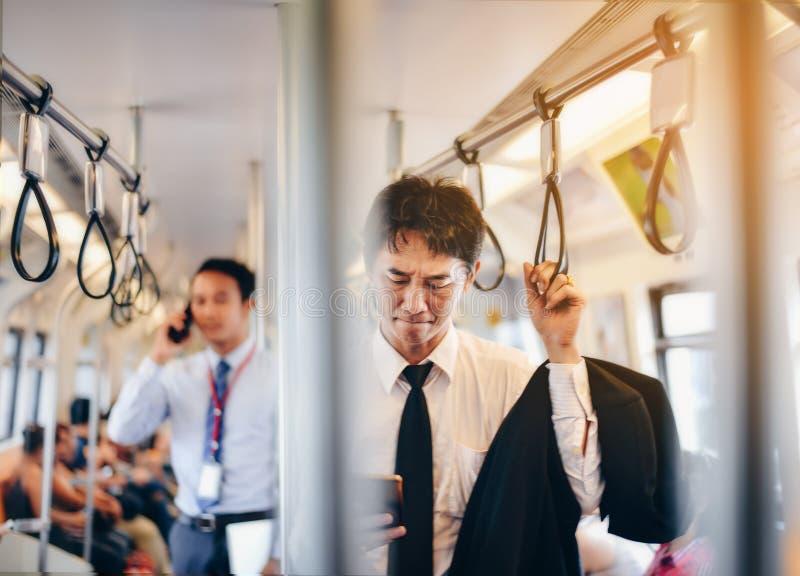 Un homme d'affaires asiatique retourne à la maison avec un jour fatigué dans un bar images libres de droits