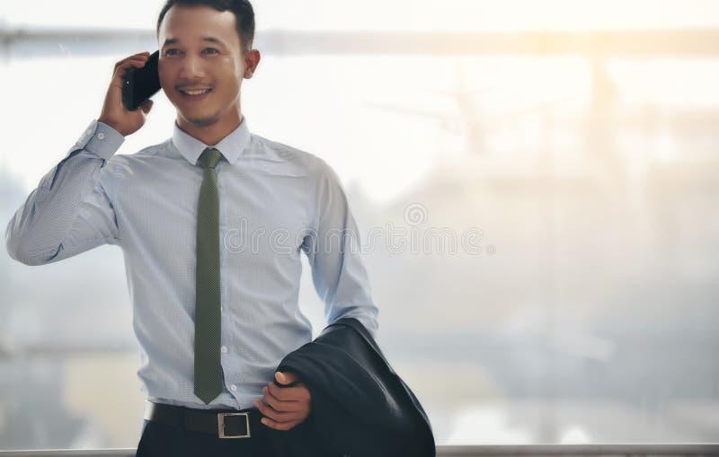 Un homme d'affaires asiatique utilise un smartphone pour obtenir dans le wh d'affaires photographie stock libre de droits