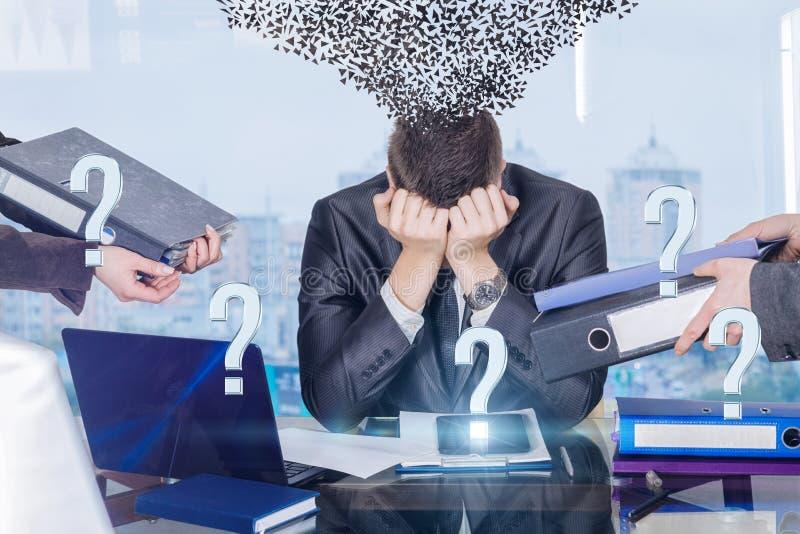 Un homme d'affaires avec l'assaut de contraintes du travail et le syndrome de trouble psychologique photos stock