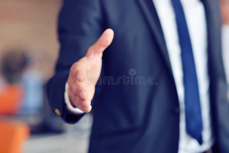 Un homme d'affaires avec une main ouverte prête à sceller une affaire photos libres de droits