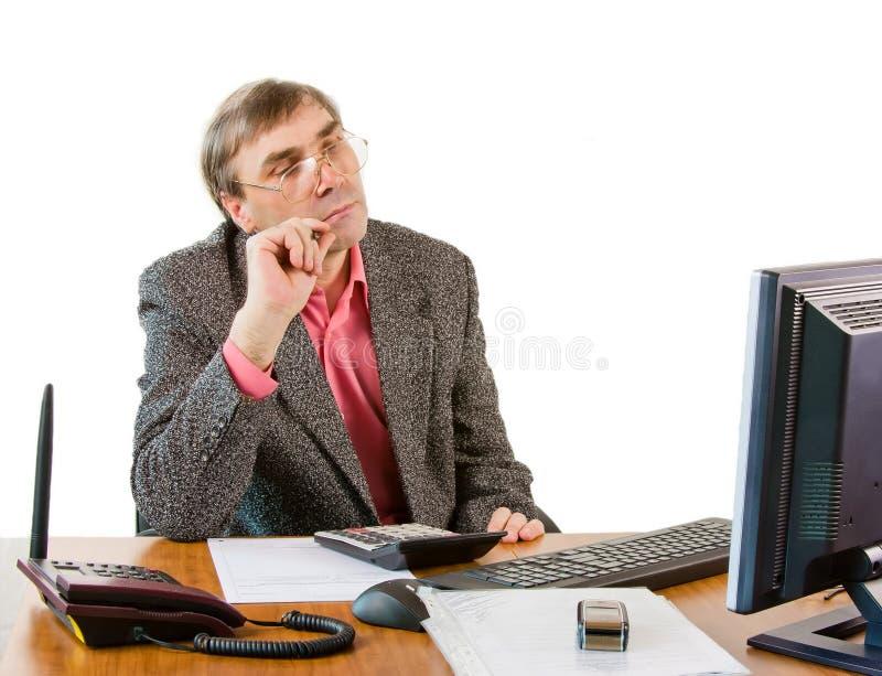 Un homme d'affaires dans des travaux de bureau photos stock
