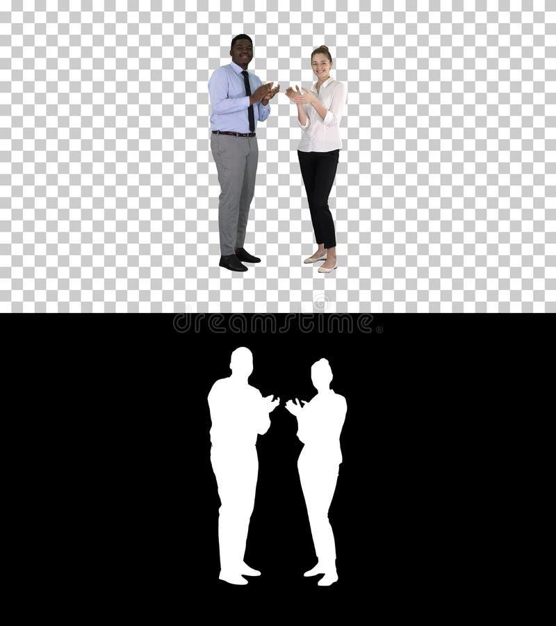 Un homme d'affaires et une femme d'affaires applaudissant, Alpha Channel photos stock