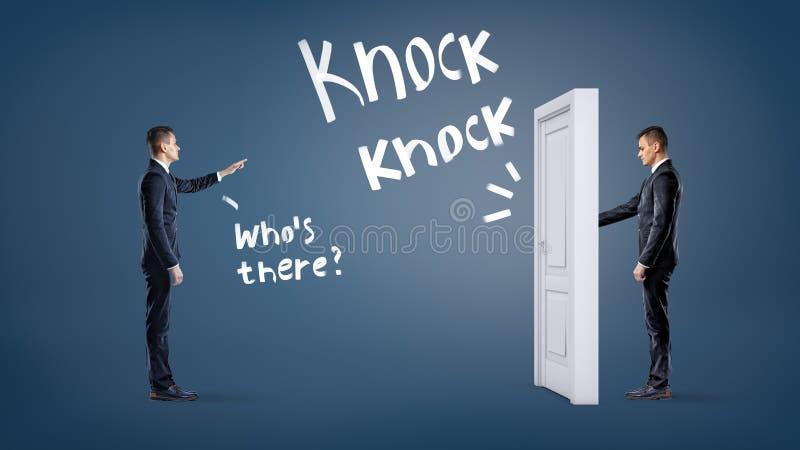 Un homme d'affaires frappe à une porte blanche sur un fond bleu avec un autre homme lui demandant de s'appeler photo stock