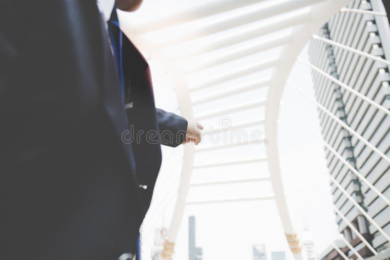 Un homme d'affaires indique le doigt un certain bâtiment qu'il veulent t image libre de droits