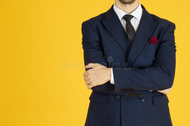 Un homme d'affaires intelligent et un arrière-plan jaune isolé images stock