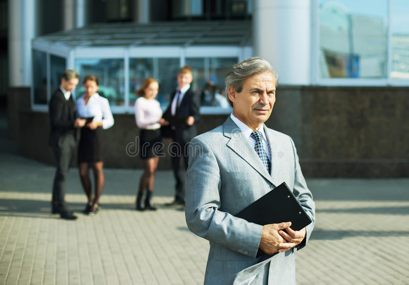 Un homme d'affaires réussi avec des documents photo stock