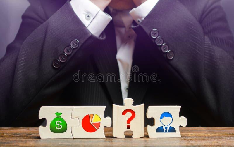 Un homme d'affaires s'assied de désespoir parce qu'il ne peut pas installer des processus des affaires ?l?ment absent Mod?le ?con photos stock