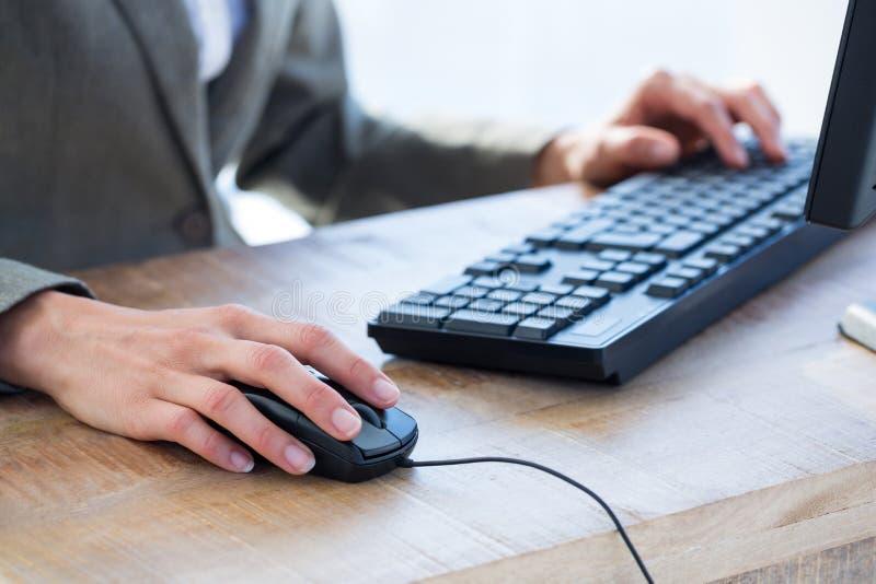 Download Un Homme D'affaires Utilisant Son Ordinateur Image stock - Image du clavier, puits: 56482783