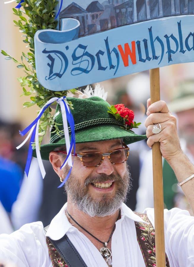 Un homme dans des vêtements bavarois typiques et un chapeau assistant au défilé de Gay Pride également connu sous le nom de CDD d photos stock