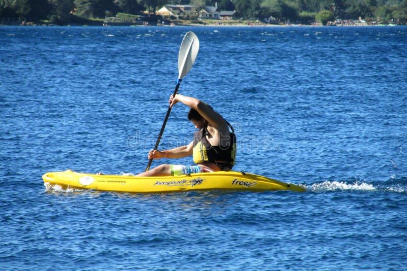 Un homme dans le kayak dans un lac photo stock