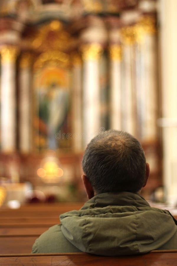 Un homme dans une église photographie stock libre de droits