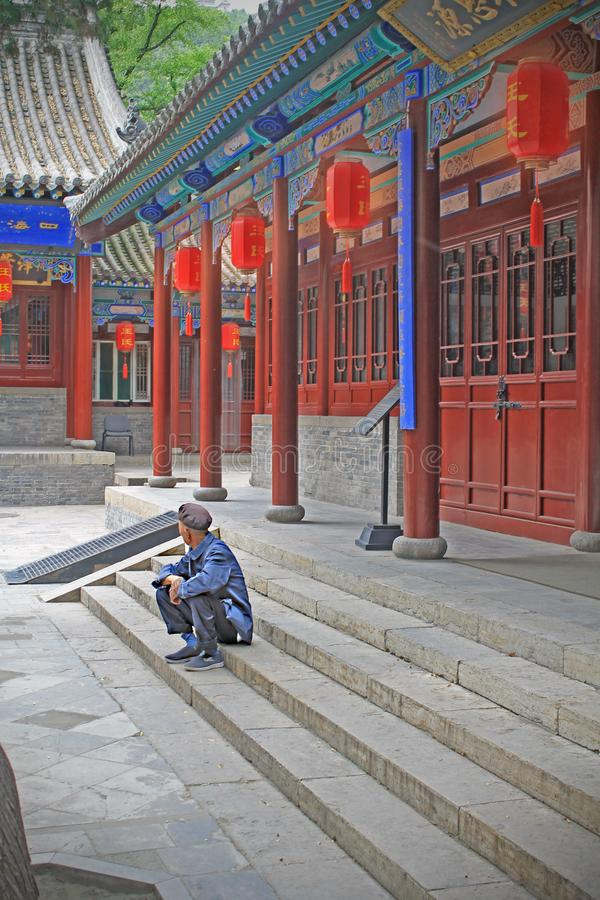 Un homme de attente dans un des temples de Jinyuan, province de Shanxi photographie stock libre de droits